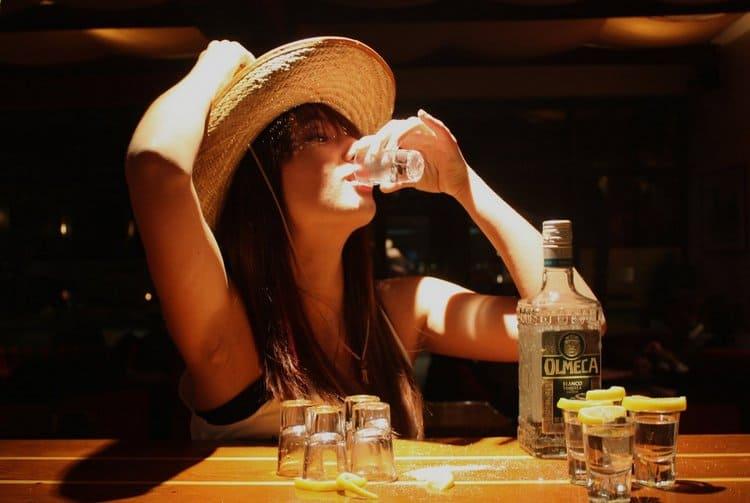 Самый простой вариант, из чего пьют текилу, это маленькие рюмки с толстым дном.