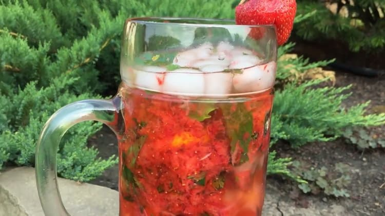 Освежающий мохито приготовленный по простому рецепту с алкоголем готов.