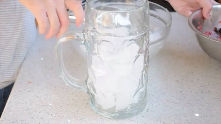 Для приготовления клубничного мохито подготовьте лед