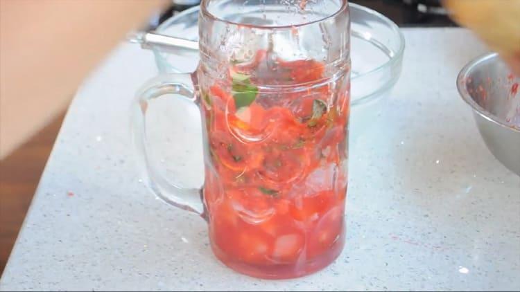 Для приготовления клубничного мохито соедините ингредиенты