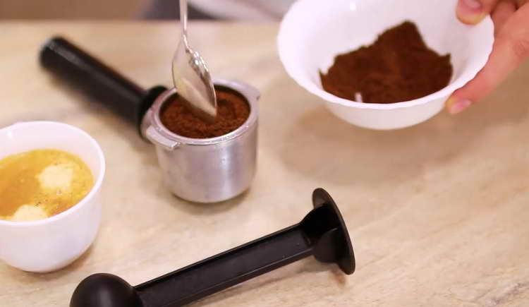 В турку всыпаем 65-75 г молотого черного кофе