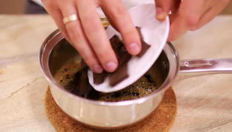 добавляем 8-10 г ванильного сахара и 45-55 г черного горького шоколада
