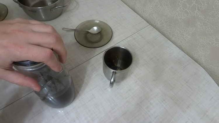 Помещаем банку с кофейным сиропом в теплое, темное место не более чем на сутки