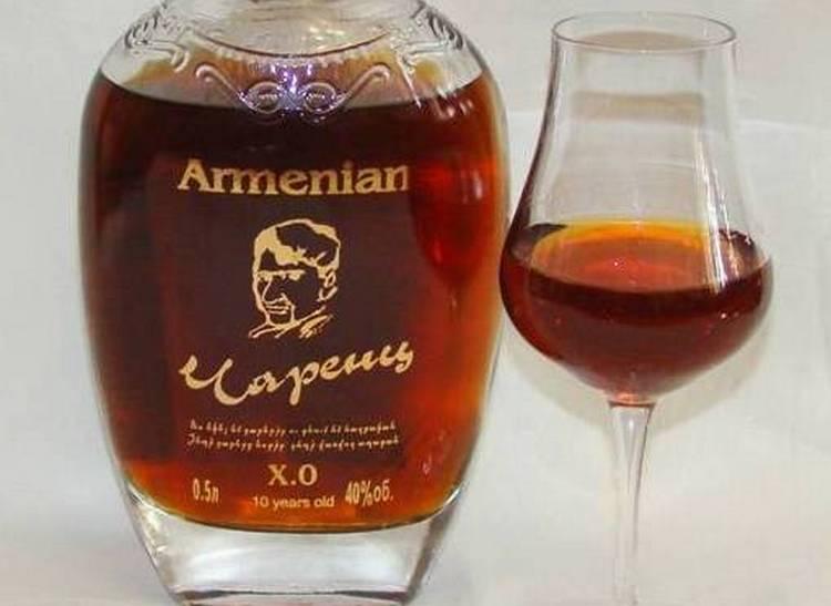 Дегустировать армянский коньяк Чаренц лучше всего из специальных бокалов.