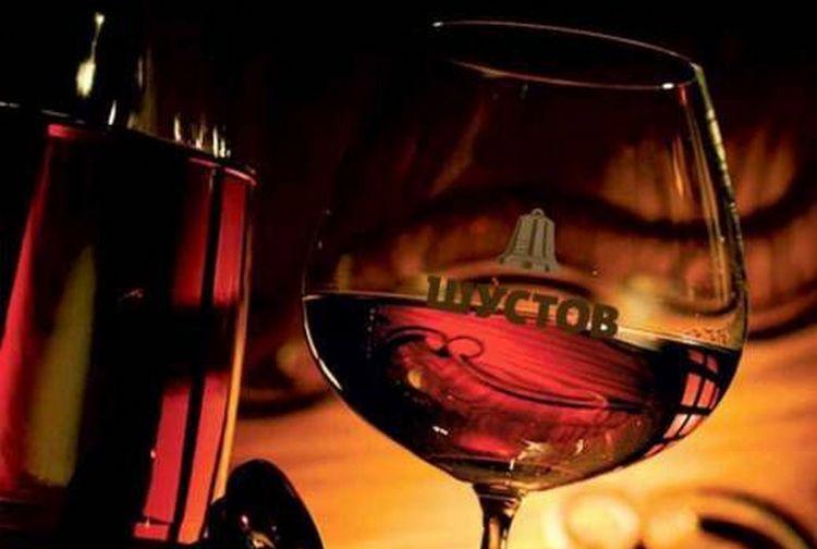 Часто коньяк Шустов продается в подарочной упаковке с бокалом.
