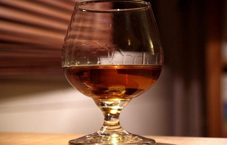 Самый простой способ, как проверить коньяк на качество в домашних условиях, это обратить внимание на вязкость и маслянистость напитка.