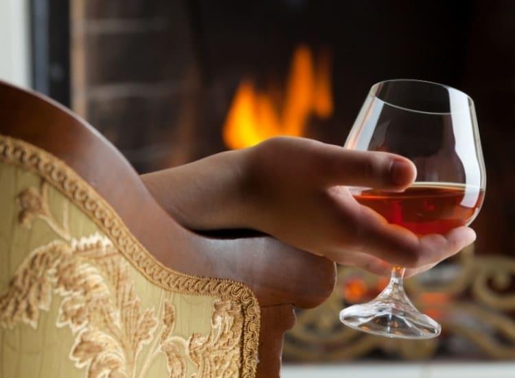 То, чем пахнет настоящий коньяк, это точно не спирт, ароматы оригинальных продуктов всегда приятные и многогранны.