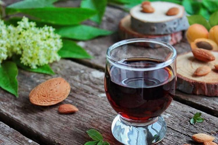 В состав ликера амаретто обязательно входят абрикосовые косточки и ваниль.