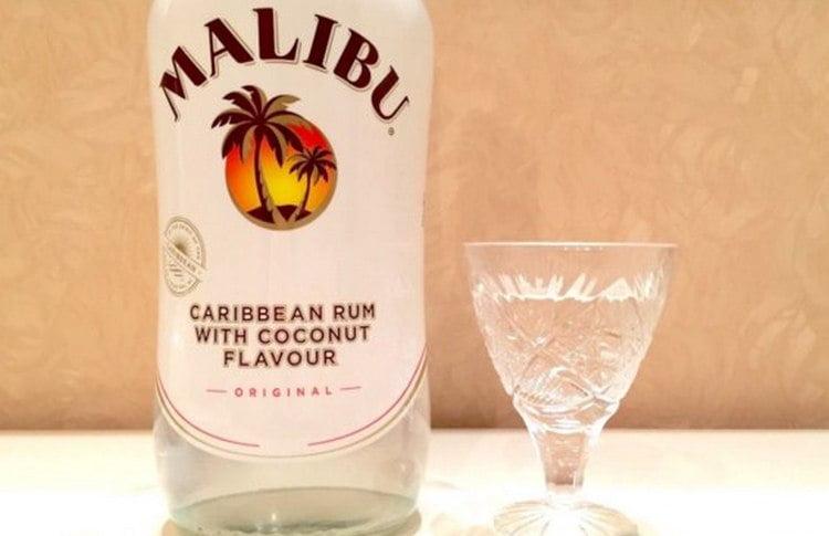 Узнайте все о том, как пить кокосовый ликер Малибу.