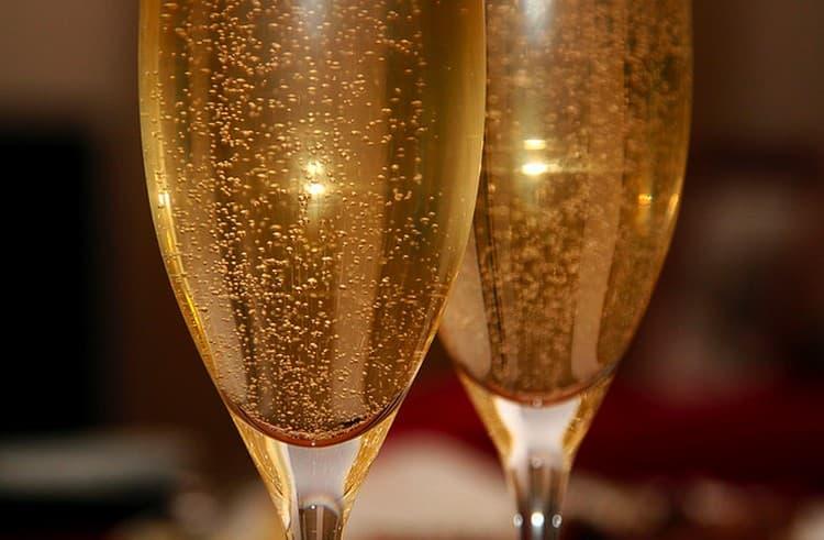 Игристое вино москато подавать можно традиционным образом, в бокалах для шампанского.