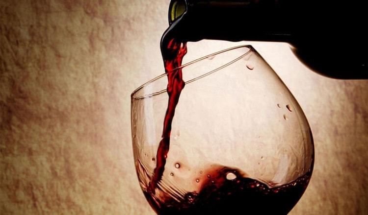 Как и с чем подавать красное полусладкое вино