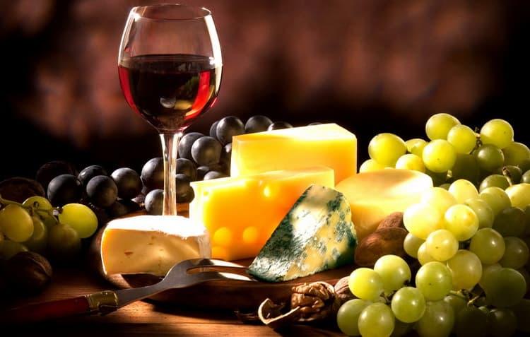 С какими продуктами сочетается красное сухое вино тини