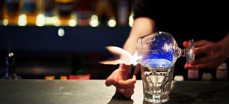 """Как правильно подавать и пить""""Огненную"""" самбуку"""