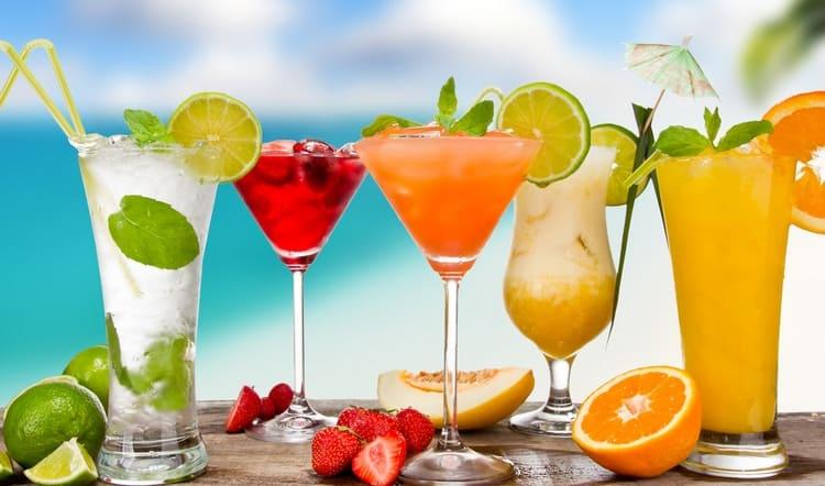Рецепт алкогольного мохито с водкой можно также разнообразить добавлением фруктовых сиропов.
