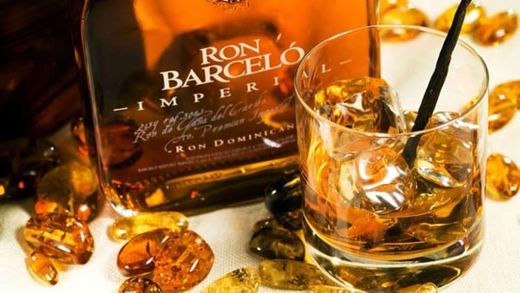 Подавать ром Ron Barcelo лучше всего при температуре 15 градусов, со льдом.