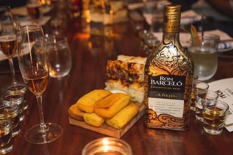 Доминиканский ром барсело настолько универсален, что на закуску к нему можно подавать как мясо, так и сладкую выпечку.
