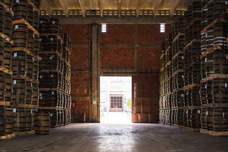 Компания-производитель наладила поставки во многие страны мира и далее наращивает объемы производства рома.