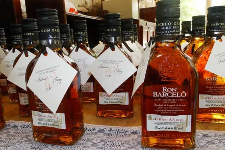 Ром ron barcelo ron dominicano, если это оригинальный напиток, всегда имеет фирменный оттиск над этикеткой.