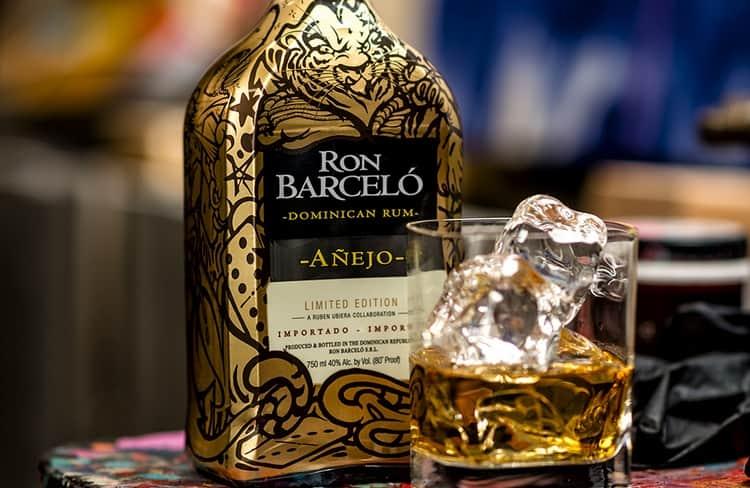 Темный выдержанный ром Барсело Аньехо желательно пить со льдом.