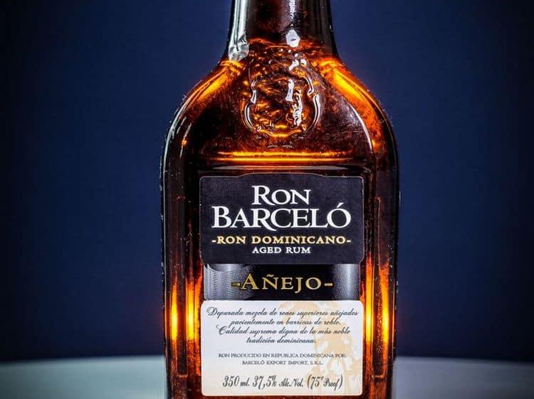 Ром Барсело Аньехо обладает насыщенным янтарным цветом.