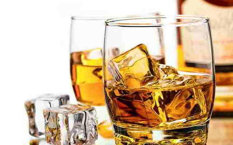 Подача этого напитка похожа на принципы подачи виски.