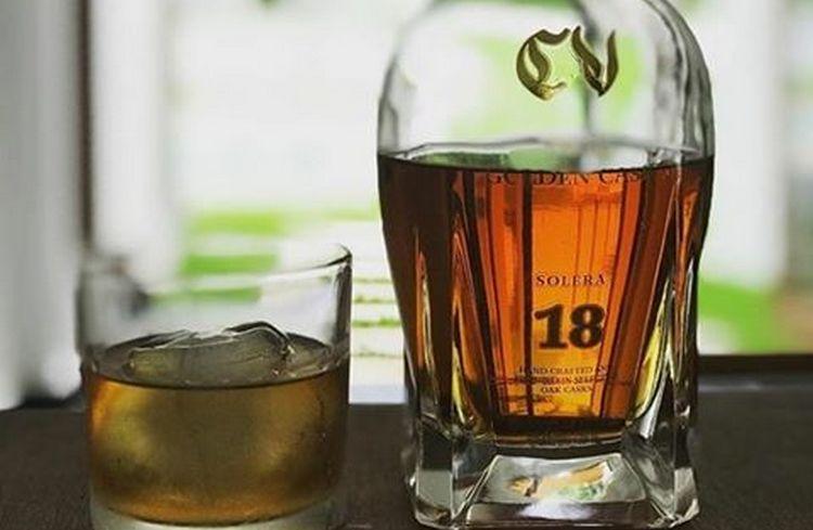 Подавать этот крепкий напиток лучше в специальных бокалах для виски.