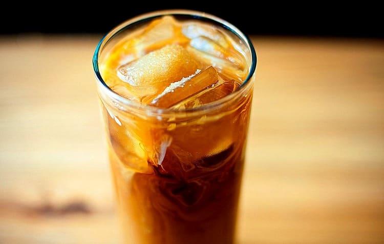 А для приготовления этого коктейля смешивают белый ром с колой и кофейным ликером.