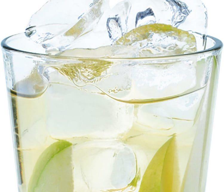 Если не знаете, с каким соком пьют ром, попробуйте смешать его с яблочным.
