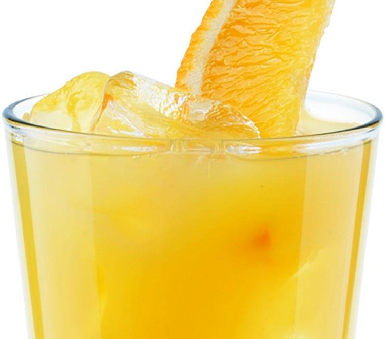 Ром с апельсиновым соком это своего рода классика для любителей такого рода коктейлей.