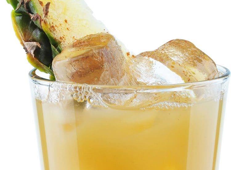 Очень вкусным и освежающим получается коктейль из рома с ананасовым соком.