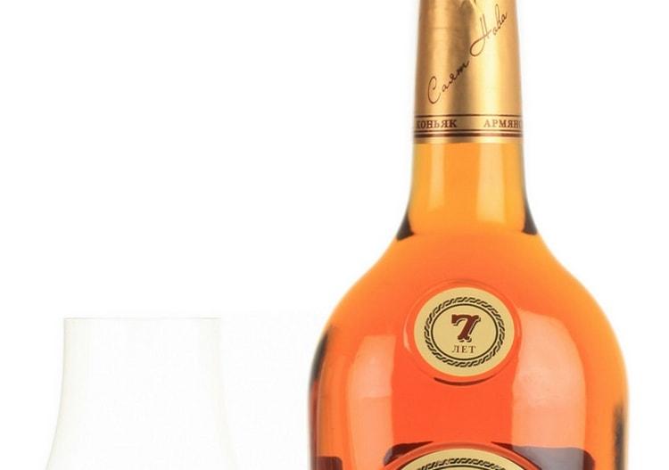 Армянский коньяк Саят Нова 7 лет выдержки это напиток золотистого цвета с нотами персика и орехов во вкусе.