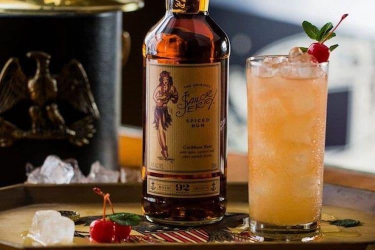 Пряный карибский ром Сейлор Джерри можно также использовать для приготовления коктейлей.