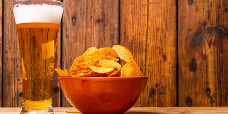 В качестве закуски к такому напитку можно взять как сладости, так и мясо или даже снэки.
