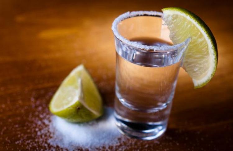 Пить Локиту можно традиционным способом, с солью и лаймом.