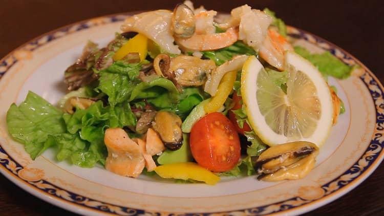В качестве закуски к напитку можно предложить морской салат.