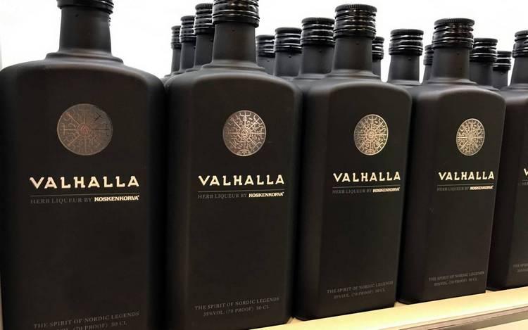 на оригинальных черных бутылках с этим ликером обязательно присутствует тиснение.