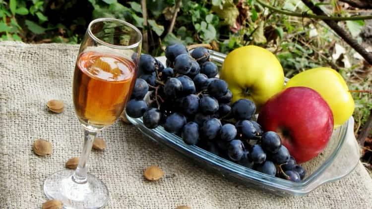 Для приготовления абрикосового вина подготовьте все необходимое
