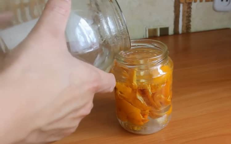 Залейте самогоном ингредиенты для приготовления настойки на апельсиновых корках