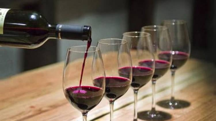 Дегустация красного вина из бордо