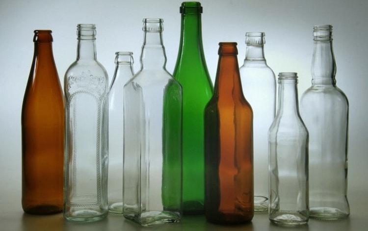 Разливаем готовый алкоголь по стеклянным емкостям