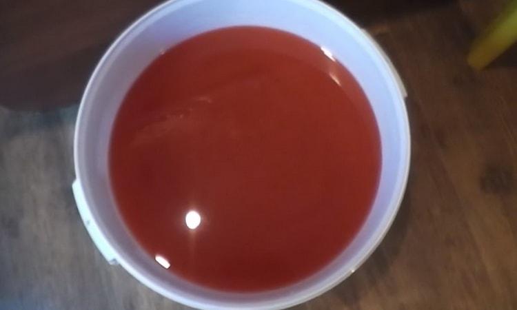 добавляем в кипящую воду томатную пасту