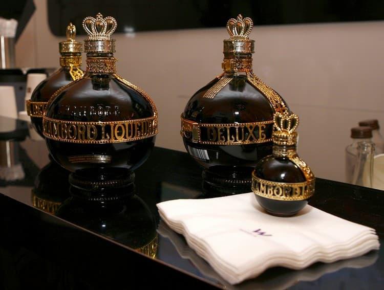 Ликер chambord обладает насыщенным цветом и непревзойденным ароматом.