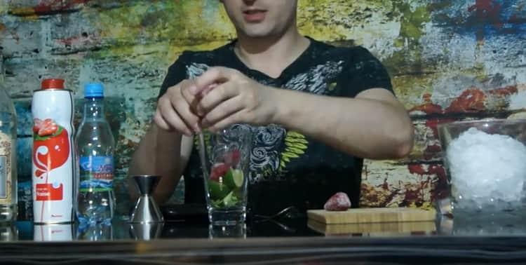 Для приготовления клубничного мохито приготовьте ингредиенты