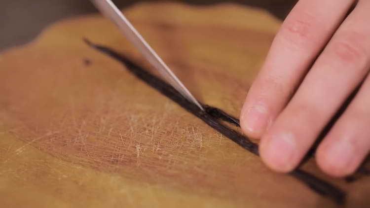Разрезаем стручок ванили вдоль на две равные части