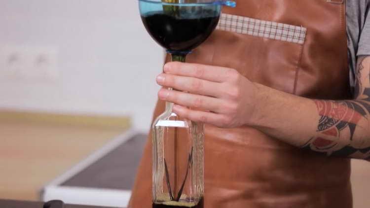 переливаем профильтрованную кофейную жидкость