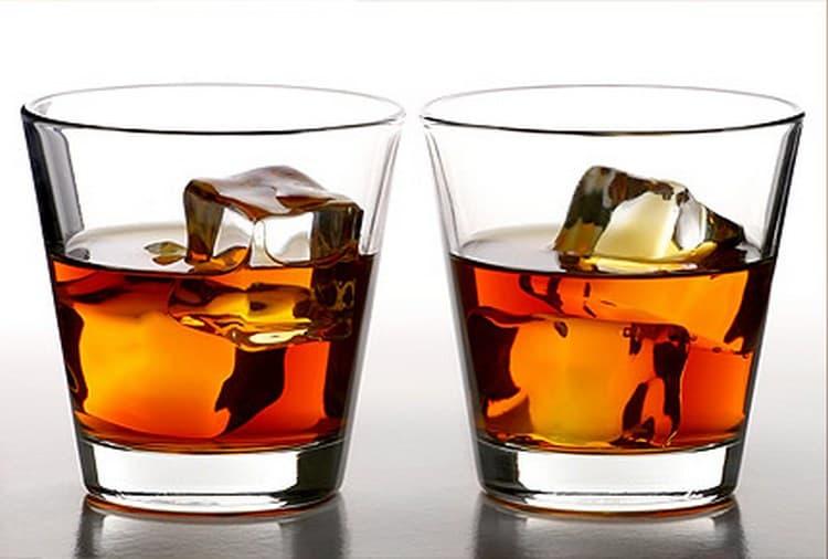 Подавать довольно-таки крепкий напиток лучше со льдом.