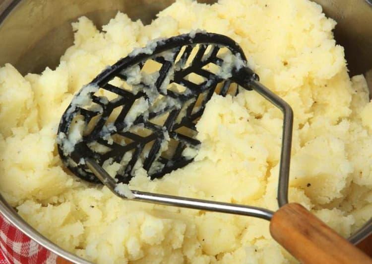 измельчаем картофель до состояния пюре