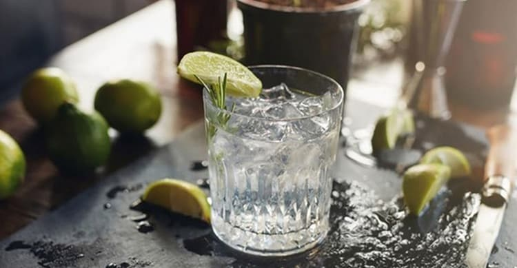 Джин пьют и в чистом виде, и в составе коктейлей.