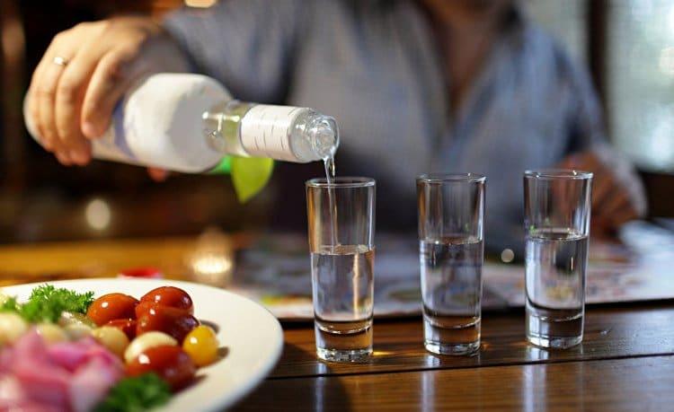 Крепкие алкогольные напитки возглавляет водка.