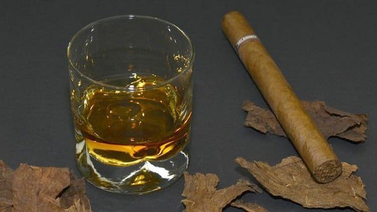 Виски тоже принадлежит к крепкому алкоголю.